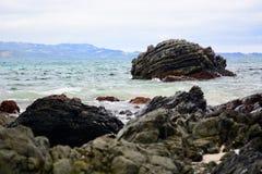 Seashores Nowa Zelandia; piękny seascape i jaskrawy błękitny ocean Skalisty przedpole z jasnymi i colourful falami zdjęcia stock
