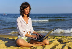 At the seaside with laptop Royalty Free Stock Photos