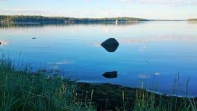 seaside Noite do verão no círculo polar imagens de stock