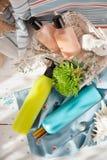 Seaside spa: πηκτώματα ντους, κρέμες σωμάτων, ελαφρόπετρα ποδιών και ένα λουλούδι, Στοκ φωτογραφίες με δικαίωμα ελεύθερης χρήσης