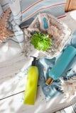 Seaside spa: πηκτώματα ντους, κρέμες σωμάτων, ελαφρόπετρα ποδιών και ένα λουλούδι, Στοκ Εικόνα