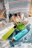 Seaside spa: πηκτώματα ντους, κρέμες σωμάτων, ελαφρόπετρα ποδιών και ένα λουλούδι, Στοκ Εικόνες