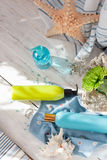 Seaside spa: πηκτώματα ντους, κρέμες σωμάτων και ένα λουλούδι, που τίθεται με τη θάλασσα Στοκ Εικόνες