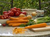 Seasonly riped des légumes avec la vieille mode préservant des pots, faisant cuire le pot Photographie stock