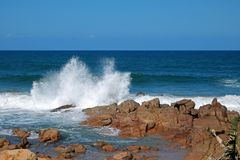 Seaspray augmentant rapidement la haute dans l'air chez Ramsgate, Kwazulu Natal Photographie stock