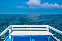 Seat auf dem Boot in Meer lizenzfreie stockfotografie