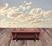 Seat di legno e cielo Immagine Stock