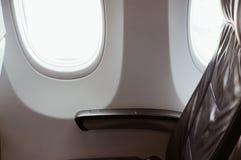 Seat dichtbij door venster van passagier op het vliegtuig royalty-vrije stock afbeeldingen