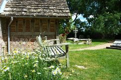 Seat en dehors de St Peters Church, Twineham, le Sussex LE R-U photo stock