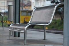 Seat en una estación de tren Fotos de archivo libres de regalías