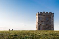 Seat et château dans le domaine vert Photographie stock