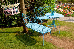 Seat och tabell på grassfield Royaltyfri Foto