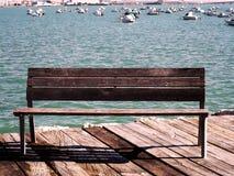 Seat para descansar da madeira na costa de Baía fotografia de stock