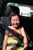 Seatbelt da curvatura da menina foto de stock