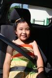 Seatbelt da curvatura da menina imagens de stock