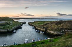 Seaton Sluice Harbour au crépuscule Images stock