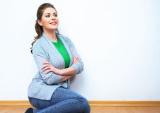 seatting在地板上的妇女自然画象 白色背景是 免版税库存照片