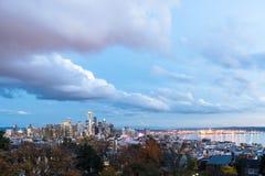 Seattle śródmieście z Astronautyczną igłą zaświecał evening światło zdjęcia royalty free