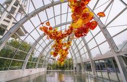 SEATTLE - 26 april, 2016: Opgeblazen glas in abstracte vormen in rood Royalty-vrije Stock Fotografie