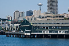 Seattle-Aquarium und Platz-Nadel Stockfotos