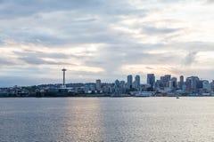 Seattle auf bewölkter Dämmerung lizenzfreies stockbild