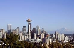 Seattle avec le pointeau de l'espace et le mt. Plus pluvieux image stock