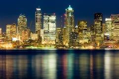 Seattle bij nacht stock afbeeldingen