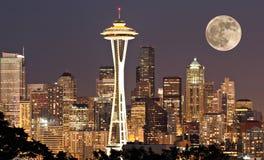 Seattle bij nacht met maan Stock Afbeelding