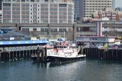 Seattle brand & räddningsaktionfartyg som anslutas på pir, Seattle, Washington arkivbilder