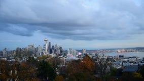 Seattle céntrica con la aguja del espacio se encendió igualando la luz almacen de video