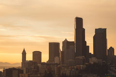Seattle cityscape med färgrik himmel Arkivfoton