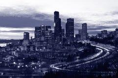 Seattle do centro na noite, tom roxo fotografia de stock