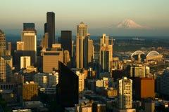 Seattle et plus pluvieux du centre au coucher du soleil photos stock