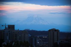 Seattle, EUA, o 31 de agosto de 2018: Vista de Seattle na noite e no Monte Rainier imagens de stock
