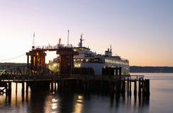 Seattle-Fähre bei Sonnenuntergang Stockfotos