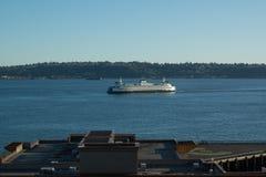 Seattle-Fähre, die zum Hafen zurückgeht Stockbilder