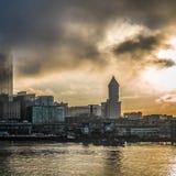 Seattle från vattnet på soluppgång Arkivfoto