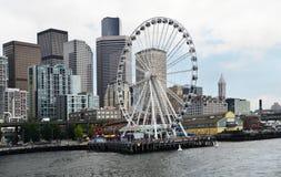 Seattle horisont och det stora hjulet på stranden Royaltyfri Fotografi
