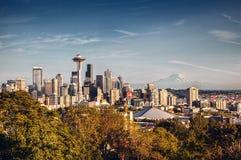 Seattle horisont och Mount Rainier arkivfoton