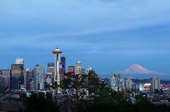 Seattle horisont och Mount Rainier Royaltyfria Bilder