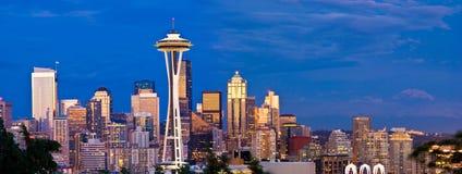 Seattle horisont och utrymmevisare på natten Arkivfoto