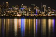 Seattle horisont på natten som reflekterar i sjön Washington Royaltyfri Foto