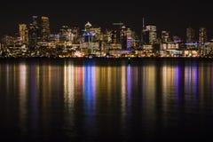 Seattle horisont på natten som reflekterar i sjön Washington Royaltyfri Bild