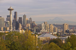 Seattle horisont på solnedgångstaten Washington Arkivbild
