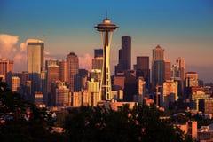 Seattle i den tidiga solnedgången royaltyfria foton