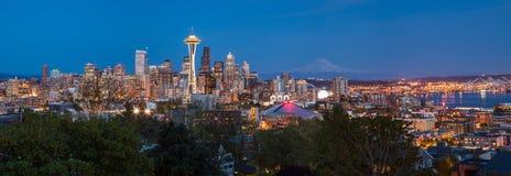 Seattle i stadens centrum horisont och Mt Mer regnig på natten Royaltyfria Foton