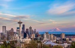 Seattle i stadens centrum horisont och Mt Mer regnig på solnedgången WA Royaltyfri Foto