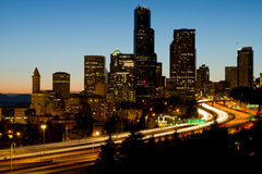 Seattle-im Stadtzentrum gelegene Skyline-Abend-Ansicht Stockbild
