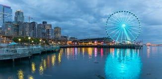 Seattle linia horyzontu, nabrzeże i wielki koło, obraz stock