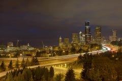 Seattle linia horyzontu z autostrada ruchem drogowym przy nocą Zdjęcia Royalty Free